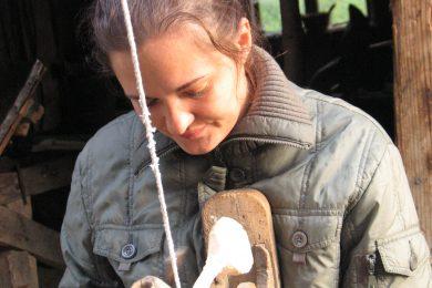 Ola Hetich toczy łyżkę, fot. P. Hetich, 2005 r. (pl-1009-001-002-209)