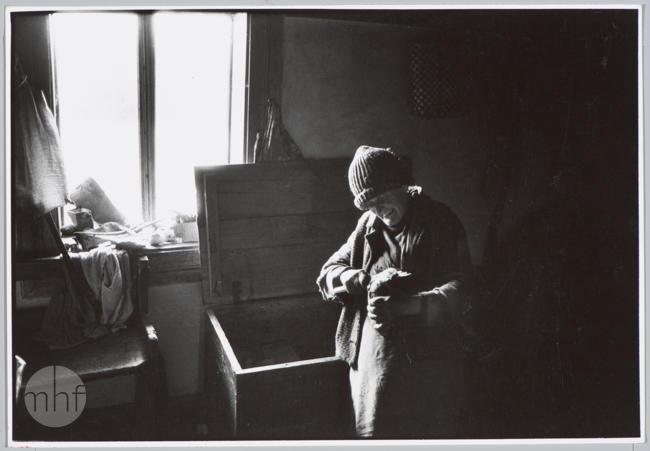 Habajka (Anna Habaj) - kobieta we wnętrzu 2, 1985-1989, fot. Stanisław Ciok, MHF