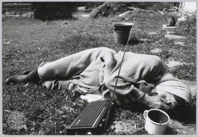 Habajka (Anna Habaj) - leży na trawie przed domem, 1985-1989, fot. Stanisław Ciok, Muzeum Historii Fotografii