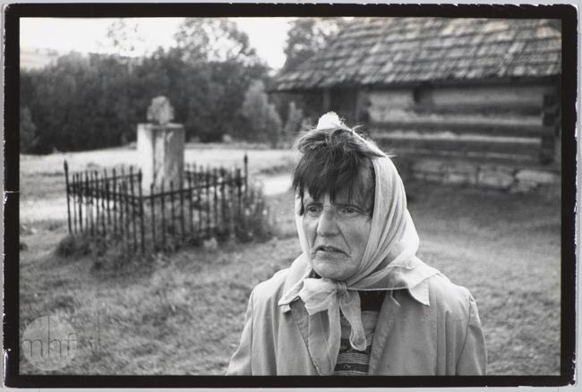 Habajka (Anna Habaj) - portret na tle gospodarstwa, 1985-1989, fot. Stanisław Ciok, MHF