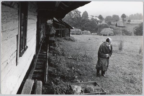 Habajka (Anna Habaj) - przed domem, 1985-1989, fot. Stanisław Ciok, MHF