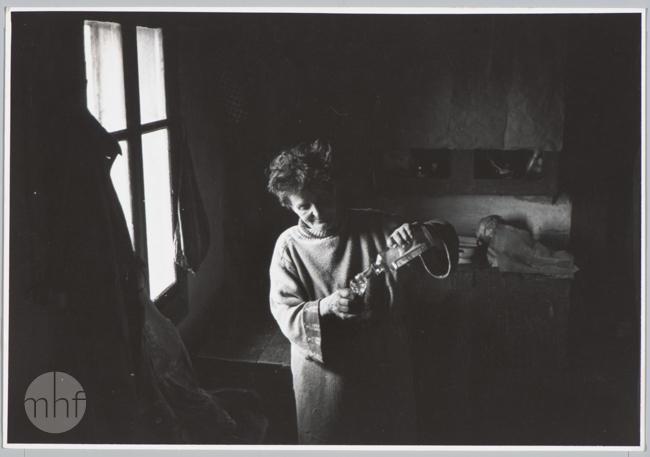 Habajka (Anna Habaj) - przy oknie, 1985-1989, fot. Stanisław Ciok, MHF